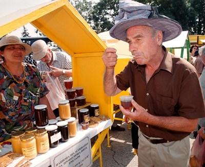 Възрастен мъж опитва мед на фермерски пазар. Плановете на държавата са да направи специални пазари, на които стари хора ще продават собствена продукция.