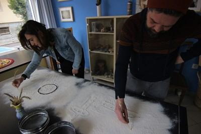 """Арпи и Владимир представят """"Театър на трохите"""", рисувайки общите си мечти върху брашно.   СНИМКА: Румяна Тонeва"""