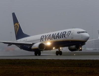 """30 души са останали на софийското летище, не са пуснати в самолет на """"Райънеър"""" за Рим. СНИМКА: РОЙТЕРС"""