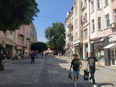 Около 16 часа главната улица в Пловдив беше почти празна за разлика от други почивни дни, когато прелива от хора.