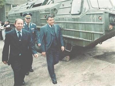 На военния министър Николай Свинаров (на преден план вдясно) и на шефа на Генщаба ген. Никола Колев се падна задачата да ръководят унищожаването на прочутите ракети СС-23.