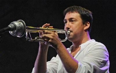"""Мишо Йосифов свири на """"Джаз фестивал Банско 2012"""". Пред тромпета му има сурдина, която служи за промяна на звука на инструмента.   СНИМКА: БУЛФОТО"""
