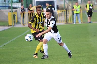 """Халфът на """"Локо"""" Ванчо Траянов (вдясно) е изпреварил Дуде Ндогала (""""Ботев"""") в пловдивското дерби, завършило 3:0 за """"жълто-черните"""". СНИМКА: Lap.bg"""