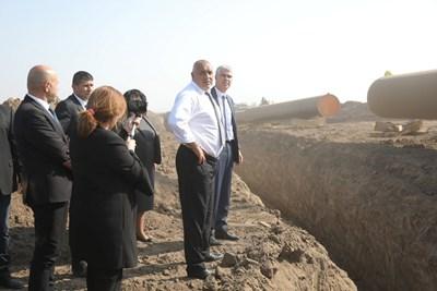 """Премиерът Бойко Борисов инспектира полагането на тръбите за """"Балкански поток"""" при Кнежа."""