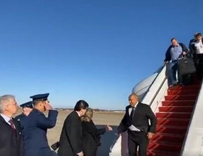 Каракачанов слиза в САЩ по стълбичката от самолета, влачейки огромния си куфар и костюм на закачалка.