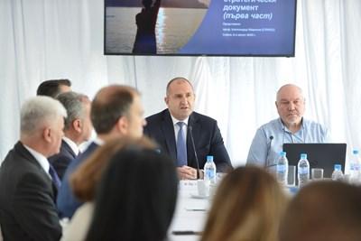 Румен Радев при представянето на част от изготвения от неговия Стратегическия съвет Национален стратегически документ СНИМКА: Йордан Симеонов