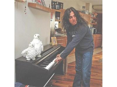 Централно място в ергенския хол заема не китарата, а пианото, в което е скритият талант на басиста.