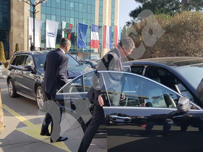 Пенев се качва в колата, придружен от Николай Илиев. Снимки НАЙДЕН ТОДОРОВ СНИМКА: 24 часа