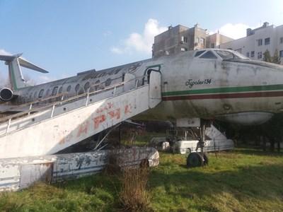 Истински пътнически самолет повече от 30 години стои приземен до река Дунав СНИМКИ: Авторът