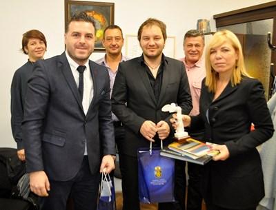 Зам.кметът Диана Саватева с гостите от Гърция.