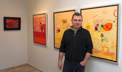 Димитър Петров пред част от картините си малко преди да открия изложбата. СНИМКА: Снимки: НИКОЛАЙ ЛИТОВ