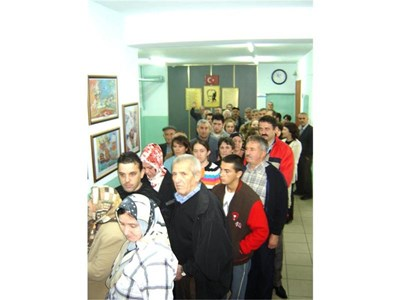 """Български изселници в Турция чакат на опашка, за да гласуват на парламентарните избори на 5 юли м.г.  СНИМКА: """"24 ЧАСА"""""""