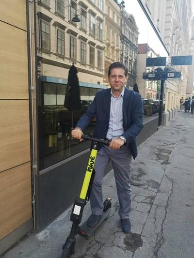 Зам.-председателят на транспортната комисия на СОС Зафир Зарков преди дни проучи опита на Виена в регулацията на е-тротинетки.  СНИМКА: ЛИЧЕН АРХИВ