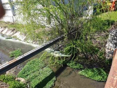 От тази тръба се изливат мръсни води в реката.