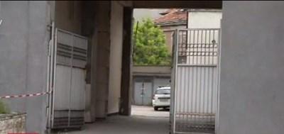 Бандитите влезли оттук, но след като обезвредили портиера, били спрени от охраната на пощата.  СНИМКИ: БИ ТИ ВИ
