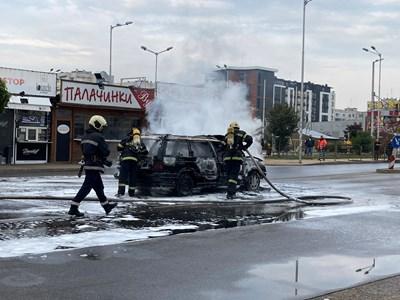 Пожарникари гасят запалената кола. СНИМКА: Елина Младенова