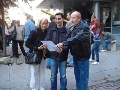 Хуан в средата с, майка му Ваня и баща му Марио се радват на туко-що получения указ за българско гражданство. Снимки: Авторът