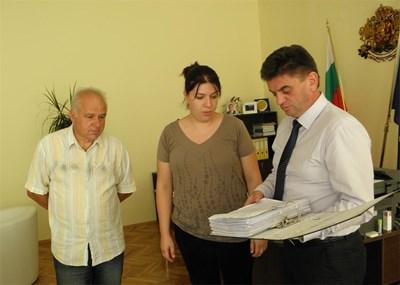 Инициативният комитет на пострадалите от труса връчи подписката на областния управител Иво Петров. СНИМКА: Светлана Стоименова