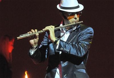 Кристиян Коев свири на златната си 18-каратова флейта. СНИМКИ: БУЛФОТО И ЛИЧЕН АРХИВ