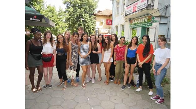 Българка, студентка в Лондон, води свои колеги на стаж във Велико Търново (Снимки)