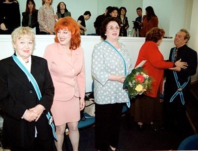 """Момент от церемонията по връчване на Гена Димитрова на званието """"Почетен гражданин на София"""". Вляво на снимката е актрисата Таня Масалитинова."""