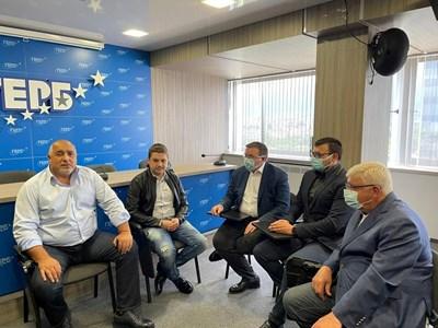 Бойко Борисов, Кирил Ананиев и Костадин Ангелов (в средата) обсъдиха с младежи от ГЕРБ политики за България.  СНИМКА: ГЕРБ