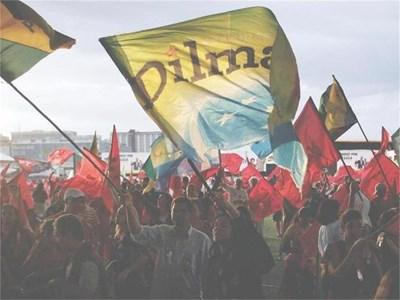 Привърженици на Дилма Русеф и Трудовата партия празнуват победата по улиците на столицата Бразилия. СНИМКА: РОЙТЕРС