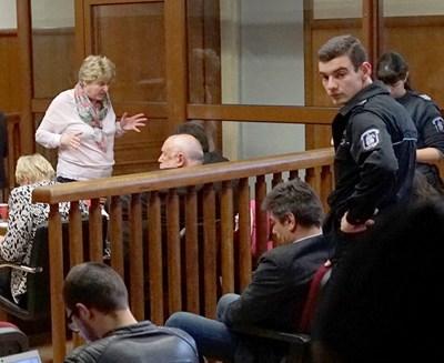 """Петко Дюлгеров, заснет с наведена глава в съдебната зала.  СНИМКА: """"24 ЧАСА"""""""