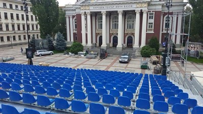Сцената на театър пред театъра е почти готова. СНИМКА: Антон Марков
