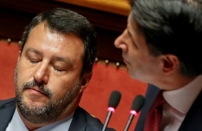 Матео Салвини слуша премиера Джузепе Конте, който го критикува по време на дебати в италианския парламент.  СНИМКА: РОЙТЕРС