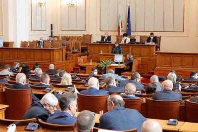 Депутатите все още не са гласували декларацията, от БСП поискаха 30 мин. почивка за обсъждането й по групи.