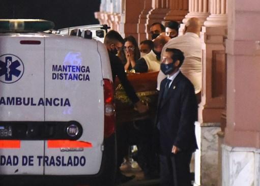 Тялото на Диего Марадона пристига в президентския дворец.