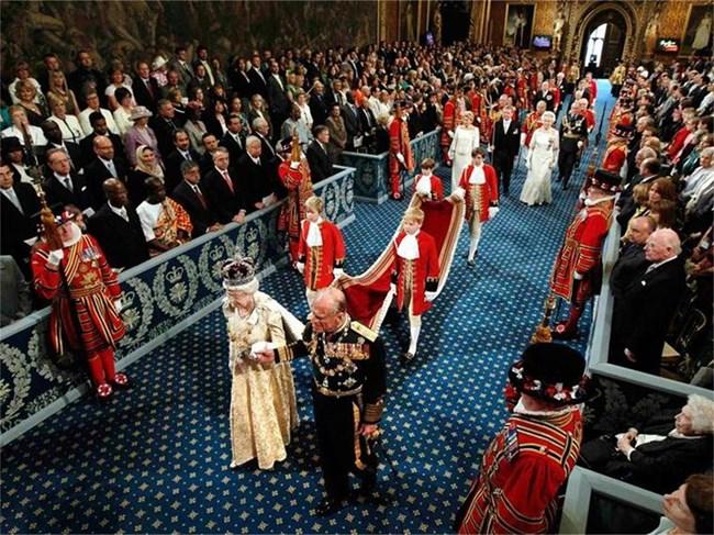 Британската кралица Елизабет Втора и съпругът й принц Филип влизат в Парламента за тронното й слово. СНИМКИ: РОЙТЕРС