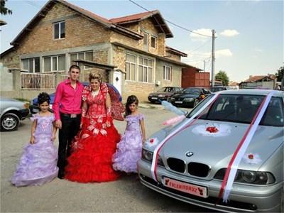 """Булка в червена рокля с крила и надпис на регистрационния номер на турски """"Младоженци"""" може да се види в селата около Разград. СНИМКА: ВИОЛЕТА МИНЧЕВА"""