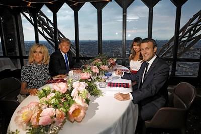 Президентите на САЩ и Франция бяха на вечеря в ресторант на втория етаж на Айфеловата кула  СНИМКИ : Ройтерс