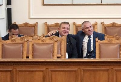 Въпреки разминаването на позициите Веселин Марешки отиде да прегърне военния министър Красимир Каракачанов.  СНИМКА: ДЕСИСЛАВА КУЛЕЛИЕВА
