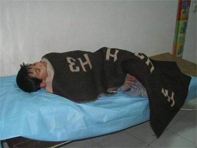 9-годишният Илия - едно от трите деца на загиналия шофьор, има леки травми от катастрофата. СНИМКА: АВТОРЪТ