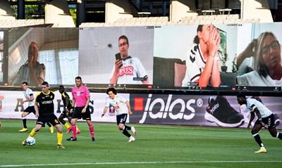 """Приложението Zoom феновете направо на стадиона на мача """"Орхус"""" - """"Рандерс"""" в Дания. Навлизането на технологиите ще става още по-голямо във футбола.   СНИМКА: РОЙТЕРС"""