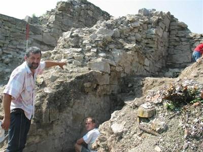Археологът Константин Тотев показва каменните зидове на царския дворец. СНИМКИ: АВТОРЪТ