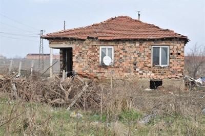 В тази къща живее семейството на Васил.