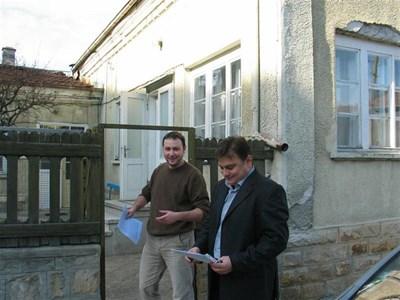 Калин Костов и приятелят му Васил Илиев показват къде колите със служители на академията са чакали асистента.  СНИМКИ: АВТОРЪТ
