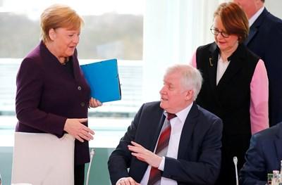 Германският вътрешен министър Хорст Зеехофер отказа да се ръкува с канцлера Ангела Меркел СНИМКА: РОЙТЕРС