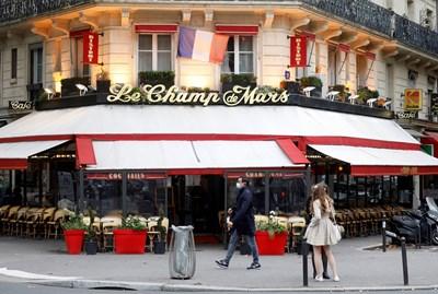 Ресторантите в Париж опустяха преди националната блокада във Франция, която влиза в сила от петък.  СНИМКА: РОЙТЕРС