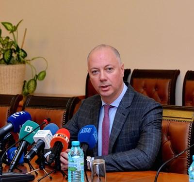 Министърът на транспорта Росен Желязков съобщава пред медиите защо е поискал оставките на тримата от борда на директорите на БДЖ.