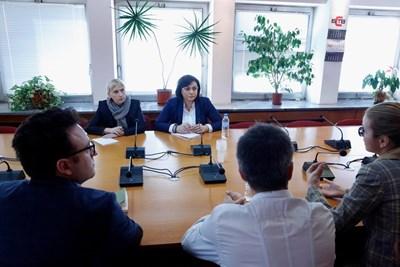 Корнелия Нинова и депутатката Елена Йончева разговаряха с журналистите. СНИМКА: БСП