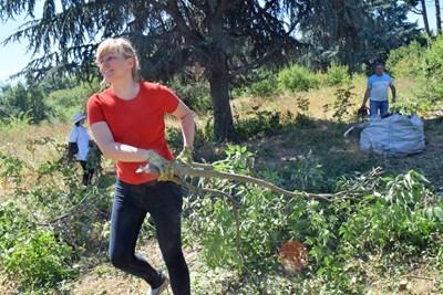 Наталия Елис е един от двигателите на доброволческата инициатива за възраждане на Ботаническата градина. Снимки: Авторът