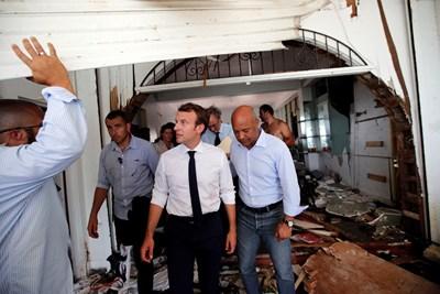 Френският президент Еманюел Макрон посети френската част на опустошения от урагана Ирма карибски остров Сен Мартен и се срещна с местни жители, но не всички го посрещнаха топло. СНИМКИ: Ройтерс