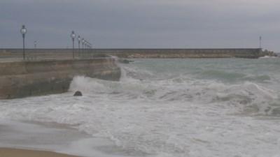 Вятър и лед затвориха пристанището във Варна