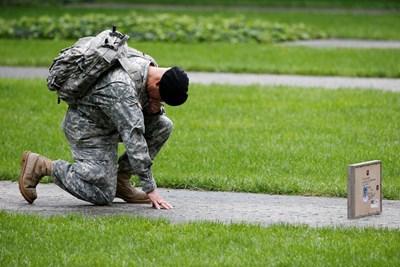 Американски войник се прекланя пред паметта на свой братовчед, загинал при атаката срещу Световния търговски център в Ню Йорк през 2011 година. СНИМКА: РОЙТЕРС