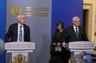 Министърът на здравеопазването Кирил Ананиев и проф. Валтер Клепетко подписаха споразумение за обучение на български лекари във Виена. СНИМКА: Пиер Петров